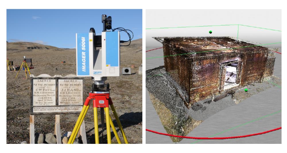 Photos côte à côte du site historique de Fort Conger. La photo de gauche montre le site tel qu'on le connaît aujourd'hui, avec la caméra 3D à l'avant-plan. La photo de droite comprend une reconstruction numérique des bâtiments qui se trouvent sur le site.
